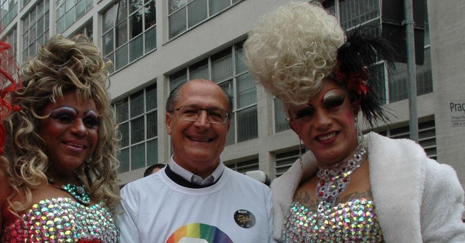 30.mai.2013 - O governador de São Paulo, Geraldo Alckmin, é fotografado com drag queens durante visita à Feira da Diversidade, que acontece nesta quinta-feira (30), no Vale do Anhangabaú, na região central de São Paulo. A feira antecede a Parada Gay 2013, que acontece no próximo domingo (2), na avenida Paulista