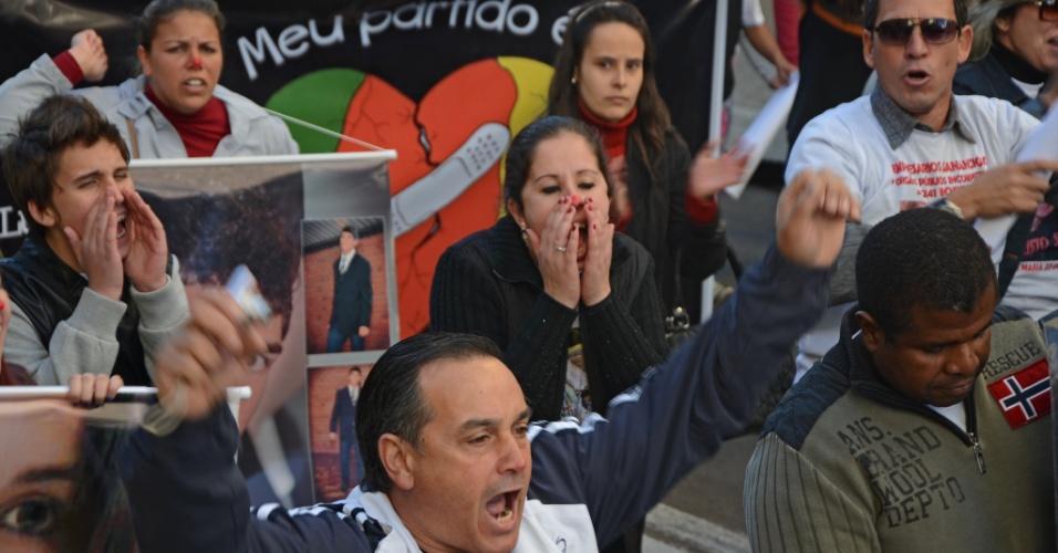 30.mai.2013 - Pais e familiares de vítimas da tragédia na boate Kiss gritam palavras de ordem durante ato realizado em Santa Maria (RS) em repúdio à decisão do Tribunal de Justiça do Rio Grande do Sul que determinou a soltura de quatro réus do caso --eles deixaram o presídio na noite de quarta-feira (29)