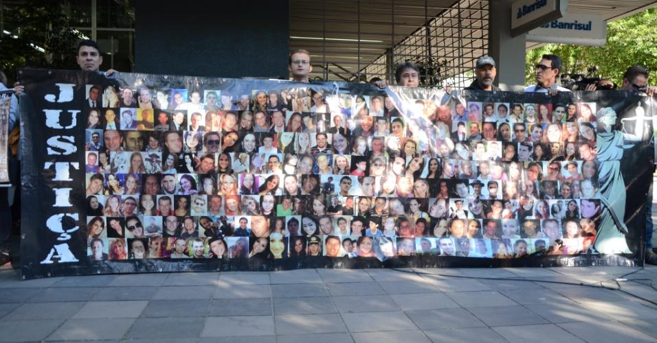 30.mai.2013 - Pais e familiares de vítimas da tragédia na boate Kiss pedem justiça durante ato realizado em Santa Maria (RS) em repúdio à decisão do Tribunal de Justiça do Rio Grande do Sul que determinou a soltura de quatro réus do caso --eles deixaram o presídio na noite de quarta-feira (29)