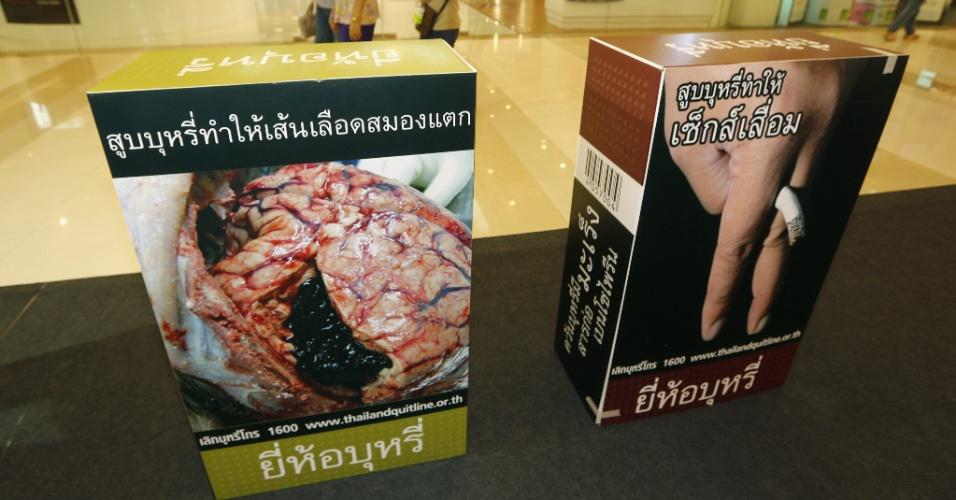 30.mai.2013 - Tailandeses passam por reprodução de caixas de cigarro nesta quinta-feira (30), durante campanha do Dia Mundial Sem Tabaco, em Bangkok, na Tailândia