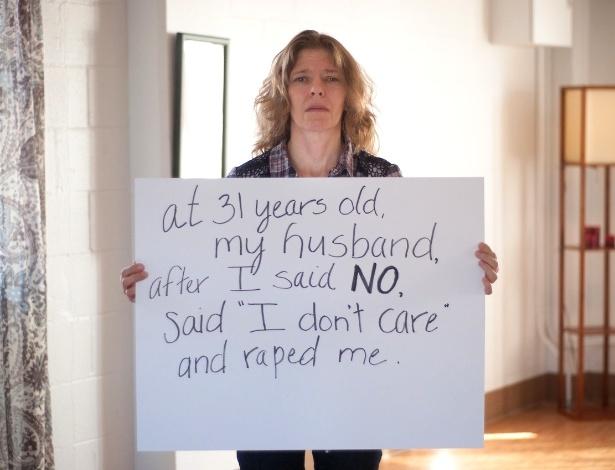 """30.mai.2013 - Vítima de estupro da cidade de Buffalo, em Nova York (EUA), exibe cartaz no qual escreveu: """"Aos 31 anos, meu marido, depois que eu disse 'não', falou 'eu não me importo' e me estuprou"""". Ela participa do projeto Unbreakable (inquebrável, em português), tumblr da fotógrafa norte-americana Grace Brown que reúne fotos de pessoas abusadas sexualmente segurando cartazes com frases ditas por seus agressores"""