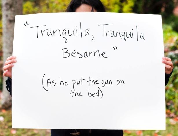 """30.mai.2013 - Vítima de estupro da cidade de Charlottesville, na Vírginia (EUA), que não quis mostrar o rosto, exibe cartaz no qual escreveu: """"'Tranquila, tranquila. Beije-me' (enquanto ele colocava a arma na cama)"""". Ela participa do projeto Unbreakable (inquebrável, em português), tumblr da fotógrafa norte-americana Grace Brown que reúne fotos de pessoas abusadas sexualmente segurando cartazes com frases ditas por seus agressores"""