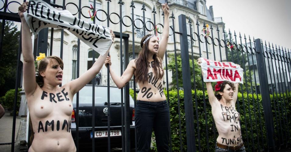 Ativistas do grupo feminista Femen protestam nesta quinta-feira em frente à Embaixada da Tunísia em Bruxelas, Bélgica, pela libertação de Amina Tyler, integrante tunisiana do grupo que está presa em Túnis