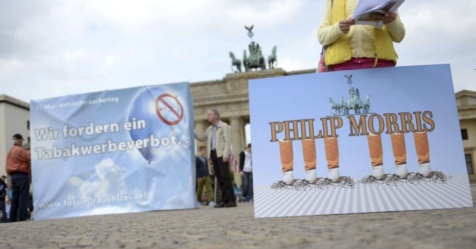 30.mai.2013 - Manifestantes pedem que as empresas de tabaco sejam proibidas de fazer publicidade, no portão de Brandeburgo, em Berlim, na Alemanha