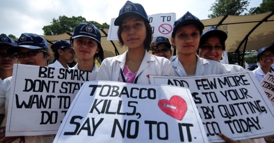 31.mai.2013 - Estudantes indianos participam de protesto no Dia Mundial Sem Tabaco, em Bangalore, na Índia.