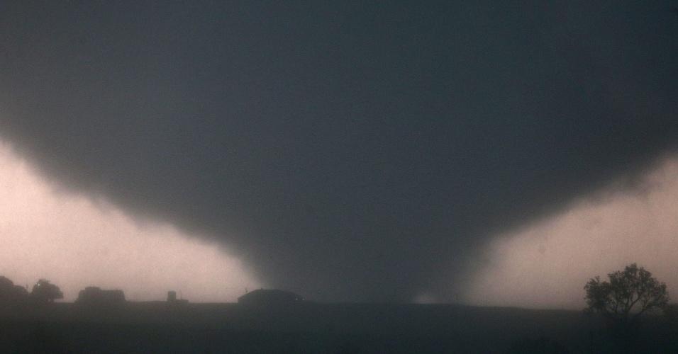 31.mai.2013 - Tornado toca o solo perto de El Reno, em Oklahoma (EUA), causando danos às estruturas e ferindo algumas pessoas que estavam na região