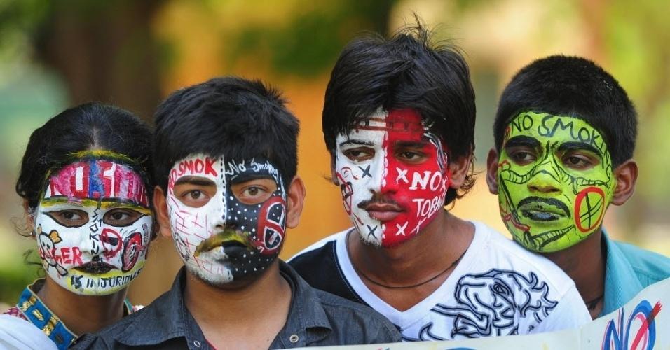 31.mai.2013: Estudantes indianos pintam seus rostos com mensagens anti-fumo no Dia Mundial Sem Tabaco, em Allahabad