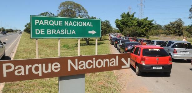 Congestionamento na entrada do Parque Nacional de Brasília: procura pelas piscinas naturais num domingo de calor