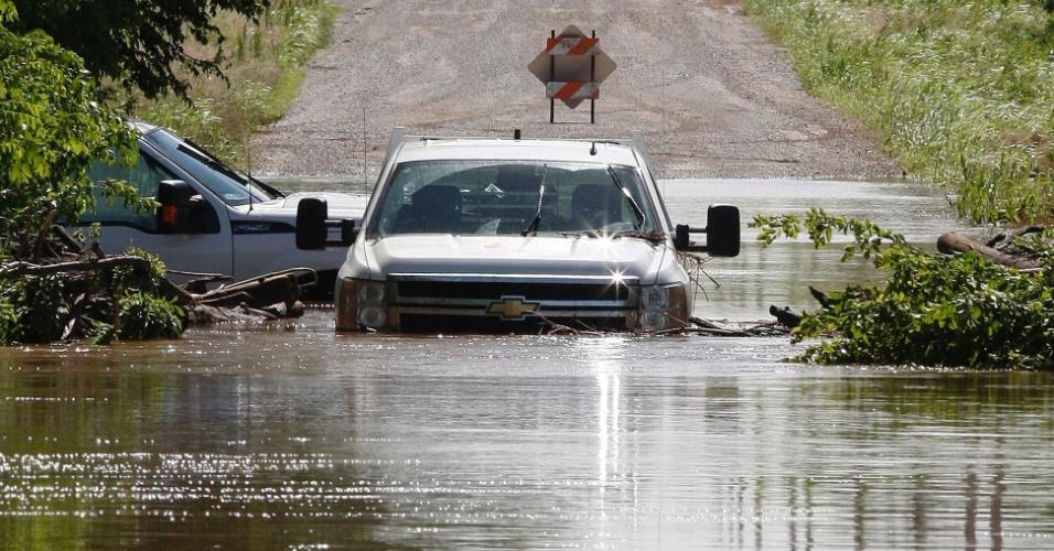 1º.jun.2013 - Duas caminhonetes ficam submersas de água em uma rua inundada após a passagem de um novo tornado em El Reno, Oklahoma (EUA). Mais de dez pessoas morreram na região, menos de duas semanas depois da passagem de um fenômeno natural semelhante em Moore que deixou outros 24 mortos e 324 feridos