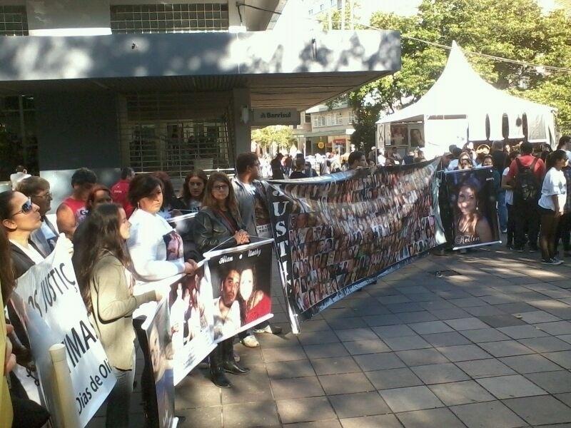 1º.jun.2013 - Familiares e amigos das vítimas da boate Kiss participam de uma caminhada silenciosa pelas ruas de Santa Maria (RS)