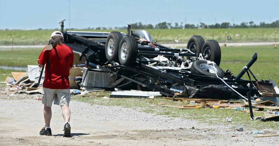 1º.jun.2013 - Homem caminha por área destruída  por tornado em El Reno, Oklahoma (Estados Unidos). Segundo as autoridades locais, pelo menos nove pessoas morreram após a passagem do tornado. A tempestade está indo em direção leste nas proximidades do Estado do Missouri