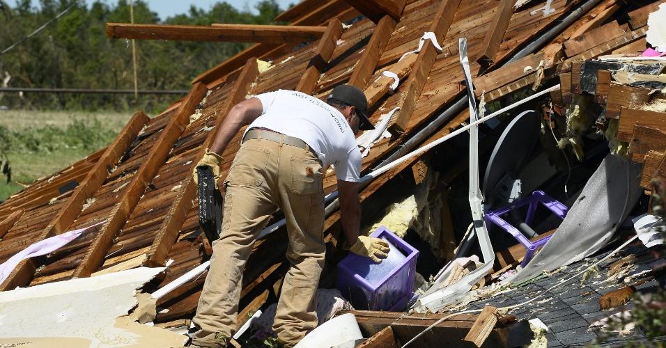 1º.jun.2013 - Homem procura por pertences em meio aos destroços de sua casa danificada pela passagem de um novo tornado em El Reno, Oklahoma (EUA). Mais de dez pessoas morreram na região, menos de duas semanas depois da passagem de um fenômeno natural semelhante em Moore que deixou outros 24 mortos e 324 feridos