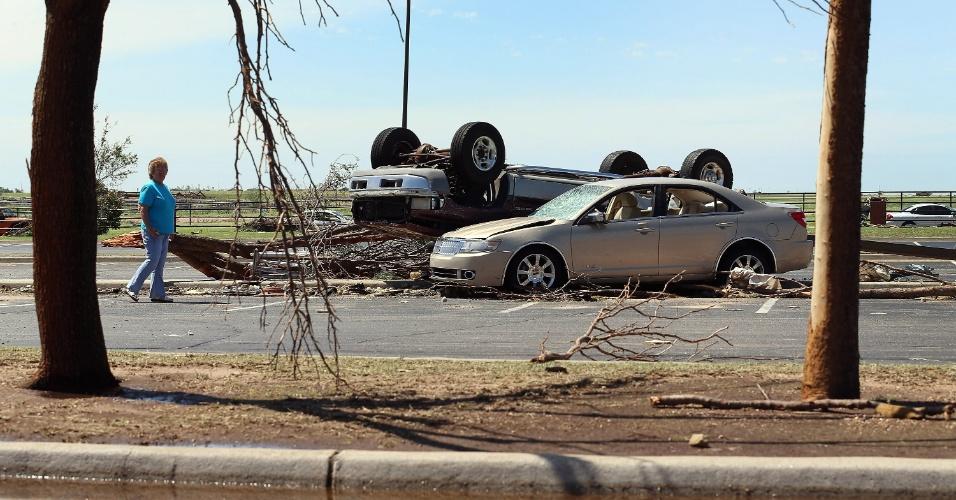 1º.jun.2013 - Mulher caminha próximo a carros danificados pela passagem de um novo tornado em El Reno, Oklahoma (EUA). Mais de dez pessoas morreram na região, menos de duas semanas depois da passagem de um fenômeno natural semelhante em Moore que deixou outros 24 mortos e 324 feridos