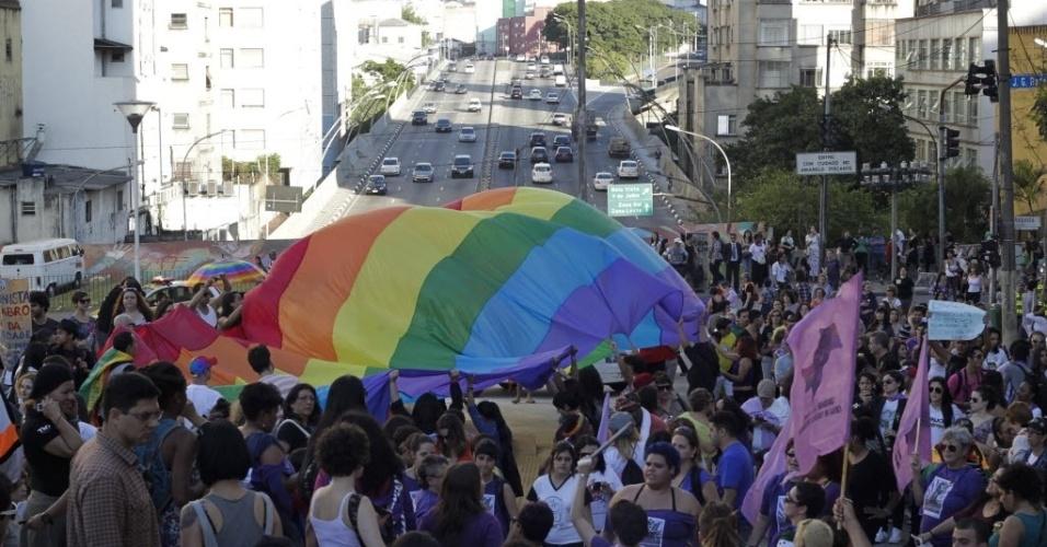 1º.jun.2013 - Mulheres participam da 11ª Caminhada de Lésbicas e Bissexuais de São Paulo, entre o vão do Masp e a praça Roosevelt, região central da capital paulista. O evento foi realizado na véspera da Parada Gay e tem como objetivo exigir acesso a mais direitos e para denunciar a violência lesbofóbica