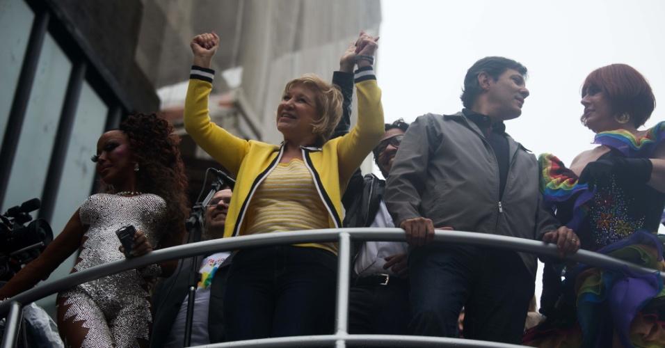 2.jun.2013 - A ministra da Cultura, Marta Suplicy, o prefeito de São Paulo, Fernando Haddad, e o deputado federal Jean Wyllys (PSOL-RJ) integram o primeiro dos 17 trios elétricos que animam a 17ª edição da Parada Gay de São Paulo, realizada na avenida Paulista, na região central da capital