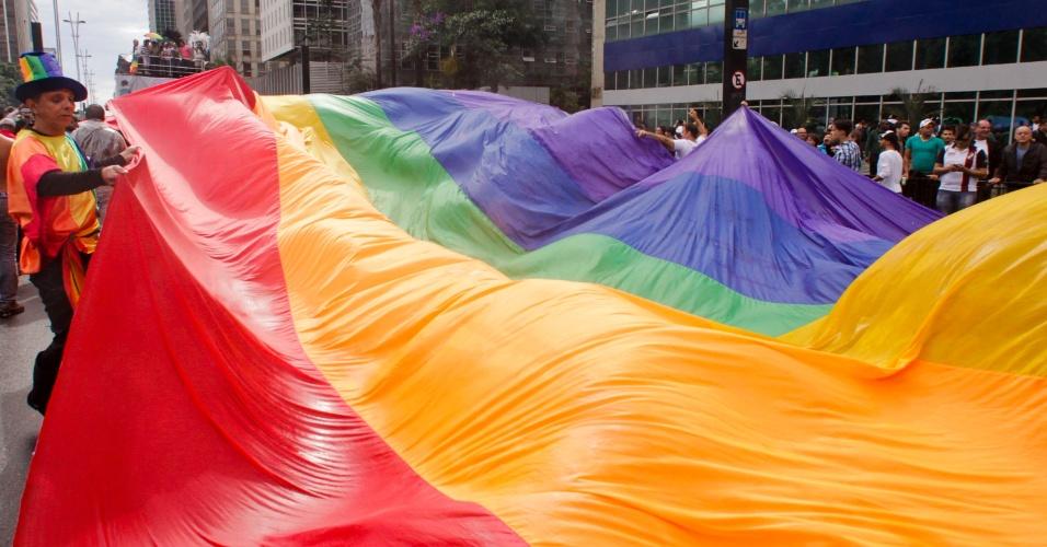 2.jun.2013 - Bandeira nas cores do arco-íris, símbolo do movimento LGBT (Lésbicas, Gays, Bissexuais, Travestis, Transexuais e Transgêneros), ocupa a avenida Paulista, região central de São Paulo, durante a 17ª edição da Parada Gay de São Paulo