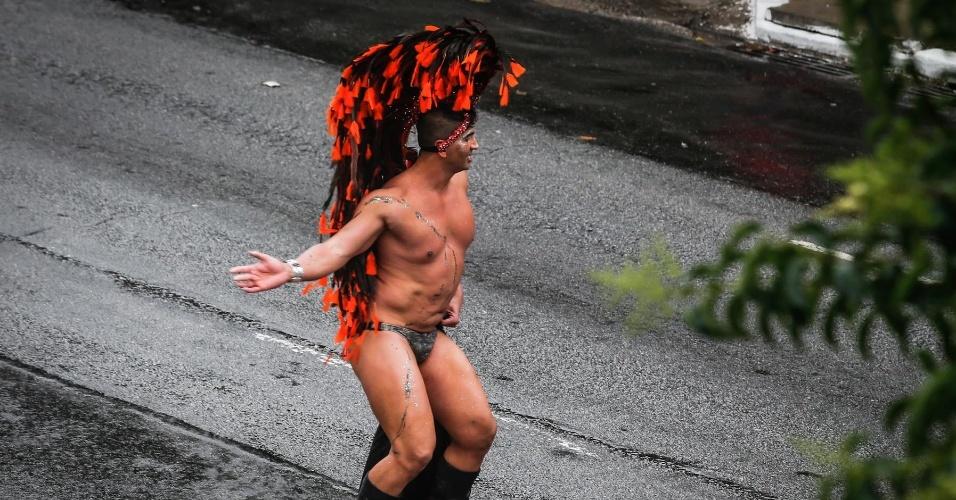 2.jun.2013 - Com penas um peruca e uma sunga, manifestante dança durante a 17ª edição da Parada Gay de São Paulo, realizada na região central da capital