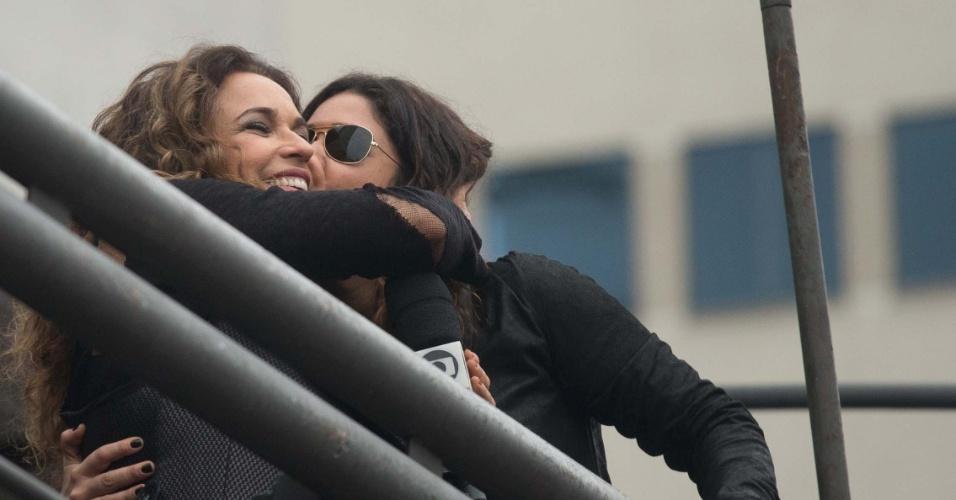 2.jun.2013 - Daniela Mercury beija a mulher, Malu Veçosa, durante a 17ª edição da Parada Gay em São Paulo. A cantora começou seu show no evento por volta das 15h, momentos depois de seu trio elétrico começar a descer a rua da Consolação, com a música