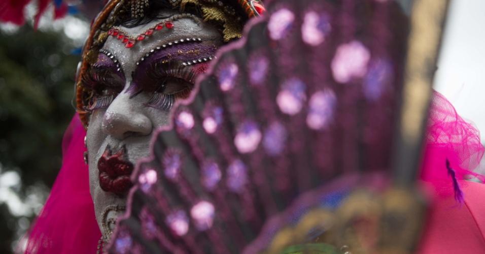 2.jun.2013 - Drag queen trabalhada no brilho marca presença na 17ª edição da Parada Gay de São Paulo, realizada na avenida Paulista, região central da capital