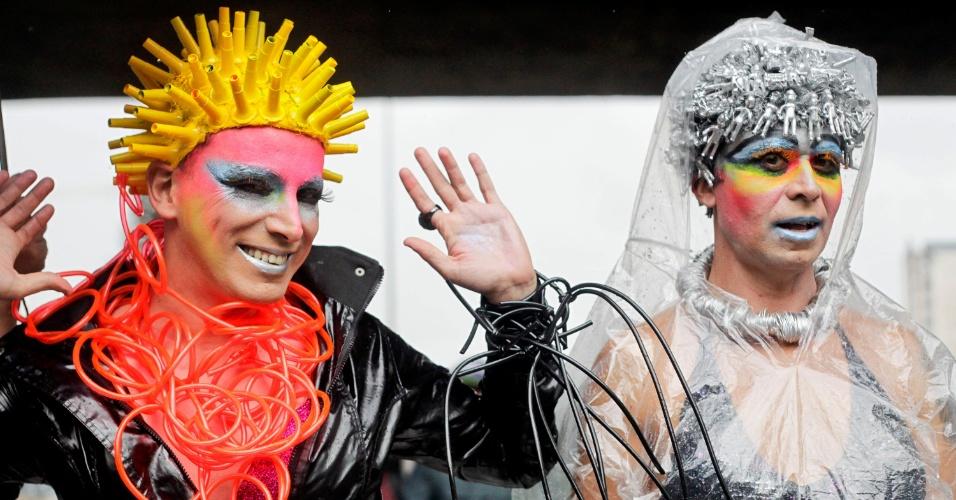 2.jun.2013 - Fantasias coloridas e capas de chuva se misturam na Parada Gay de São Paulo, que acontece na avenida Paulista, neste domingo