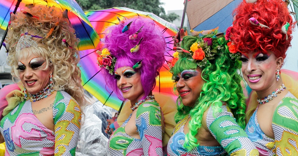 2.jun.2013 - Grupo de drag queens se reúne na avenida Paulista para a Parada Gay de São Paulo