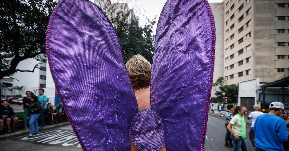 2.jun.2013 - Manifestante adota asas roxas durante a 17ª edição da Parada Gay de São Paulo, realizada na avenida Paulista, região central da capital
