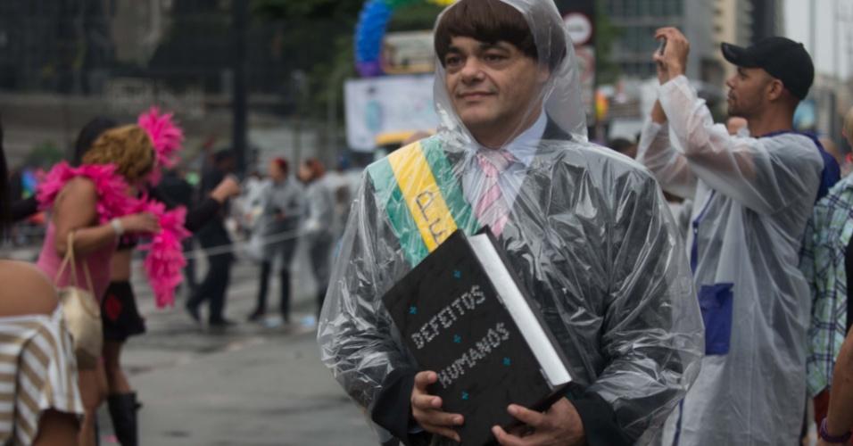 2.jun.2013 - Manifestante fantasiado de presidente participa da 17ª edição da Parada Gay de São Paulo, realizada na avenida Paulista, região central da capital