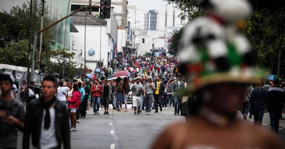 2.jun.2013 - Manifestantes descem a avenida da Consolação, região central de São Paulo, durante a 17ª edição da Parada Gay