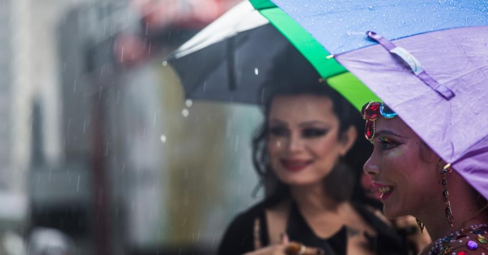2.jun.2013 - Manifestantes enfrentam chuva durante a 17ª edição da Parada Gay de São Paulo, realizada na região central da capital paulista