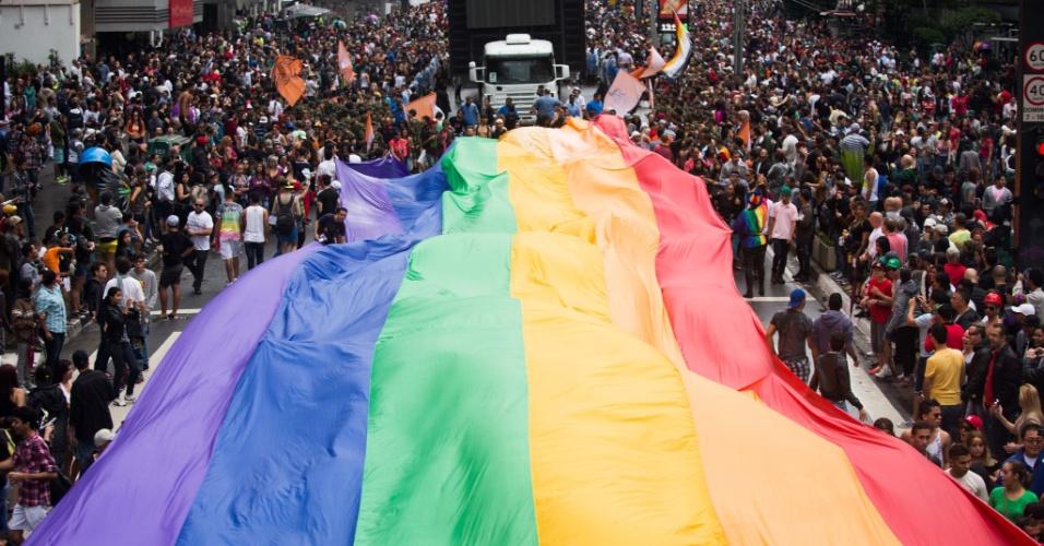 2.jun.2013 - Manifestantes estendem bandeira nas cores do arco-íris, símbolo do movimento LGBT (Lésbicas, Gays, Bissexuais, Travestis, Transexuais e Transgêneros), durante a Parada Gay de São Paulo, na avenida Paulista
