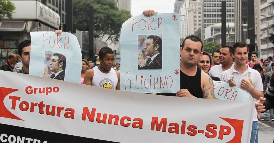 2.jun.2013 - Manifestantes pedem a saída do deputado Marco Feliciano (PSC-SP) do comando da Comissão de Direitos Humanos da Câmara dos Deputados durante a 17ª edição da Parada Gay de São Paulo, realizada na avenida Paulista, região central da capital