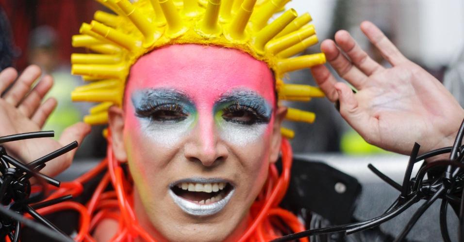 2.jun.2013 - Manifestantes usam e abusam da cor e da criatividade durante a Parada Gay de São Paulo, na avenida Paulista