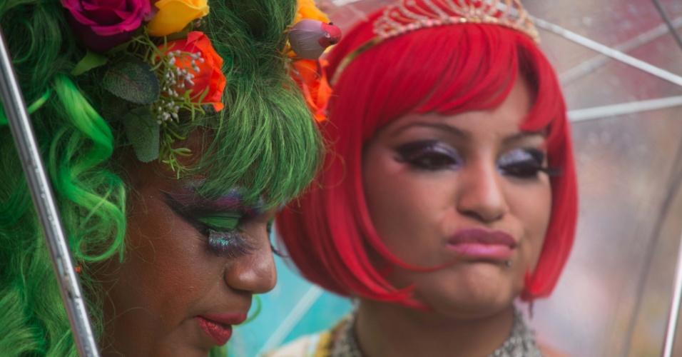 2.jun.2013 - Manifestantes usam perucas coloridas durante a 17ª edição da Parada Gay de São Paulo, realizada na avenida Paulista, região central da capital