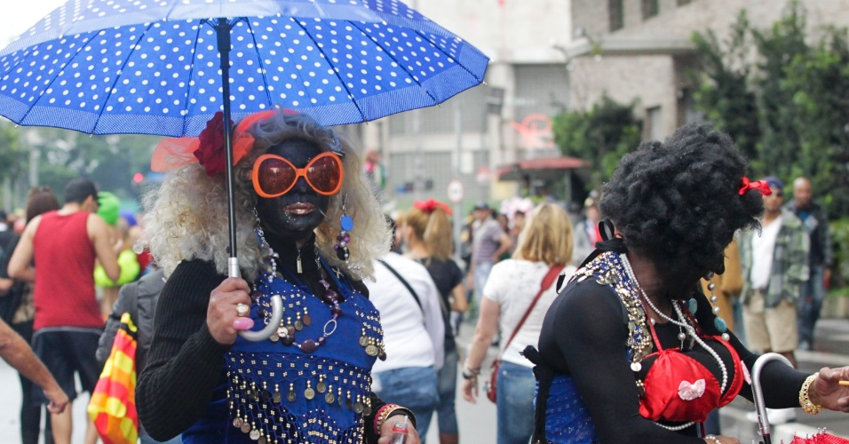 2.jun.2013 - Manifestantes vestidos de
