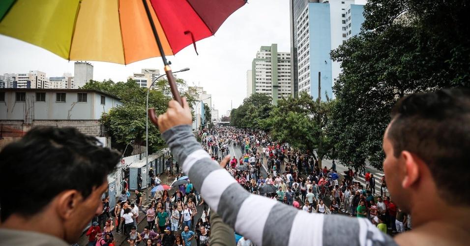 2.jun.2013 - Multidão ocupa a avenida da Consolação durante a 17ª edição da Parada Gay de São Paulo, realizada na região central da capital