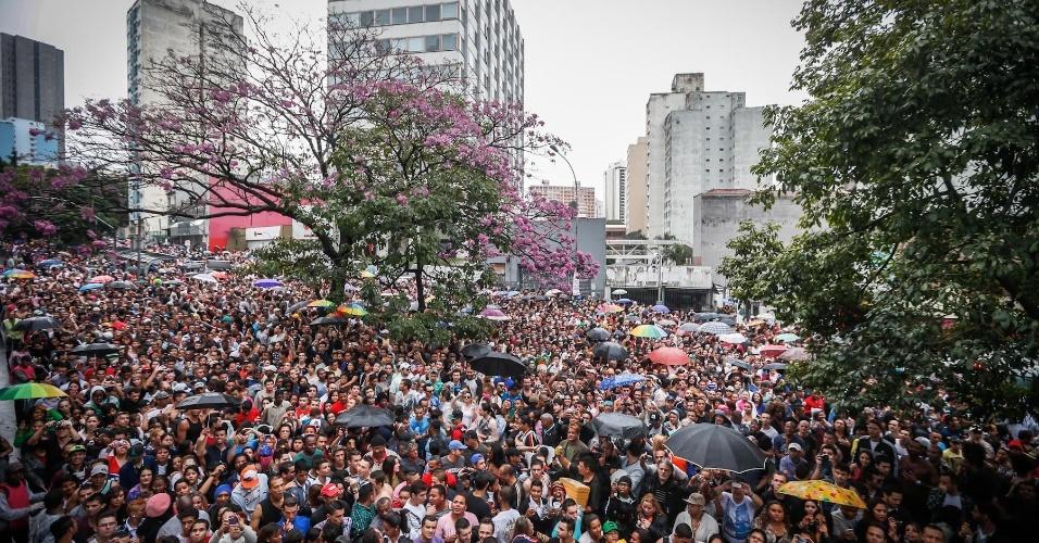 2.jun.2013 - Multidão se reúne próximo ao trio-elétrico da cantora Daniela Mercury durante a 17ª edição da Parada Gay em São Paulo. O show começou por volta das 15h, com a música