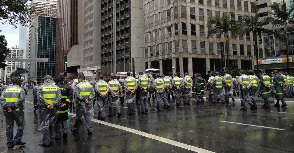 2.jun.2013 - Policiais formam um cordão de isolamento na avenida Paulista, região central de São Paulo, no final da 17ª edição da Parada Gay