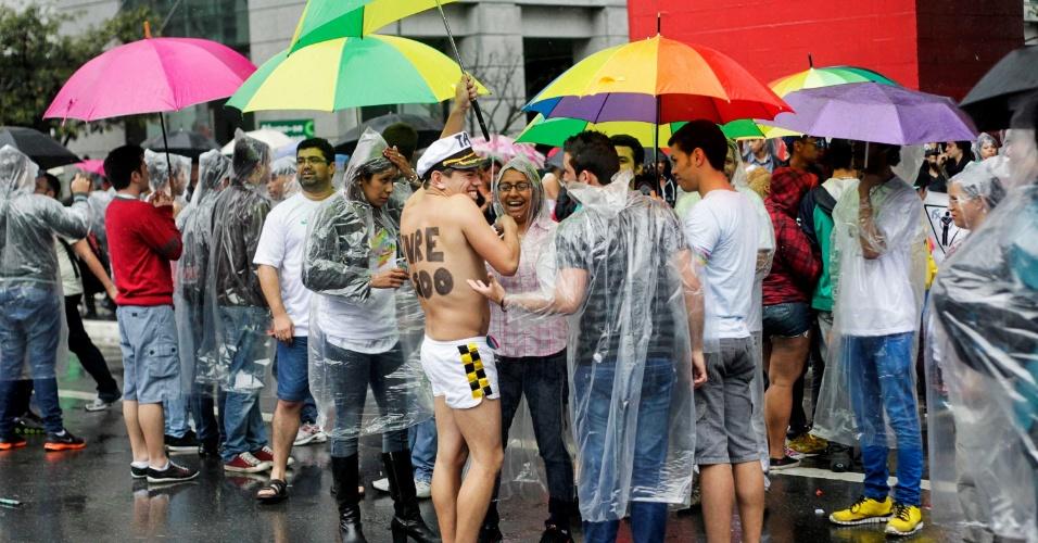 2.jun.2013 - Público enfrenta chuva para participar da Parada Gay de São Paulo