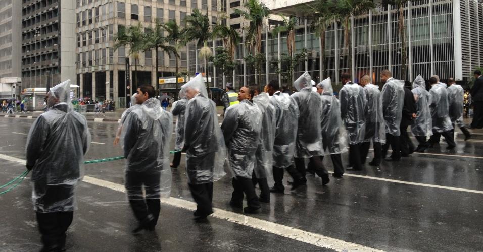 2.jun.2013 - Seguranças formam um cordão de isolamento na avenida Paulista, região central de São Paulo, no final da 17ª edição da Parada Gay