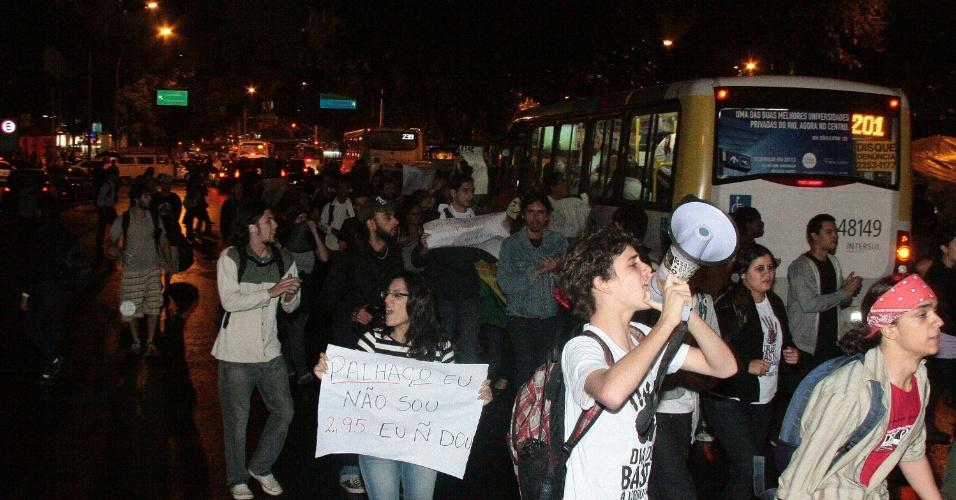 3.jun.2013 - Estudantes protestam contra o aumento nas passagens de ônibus em frente à Alerj (Assembleia Legislativa do Rio de Janeiro) no centro da cidade, nesta segunda-feira