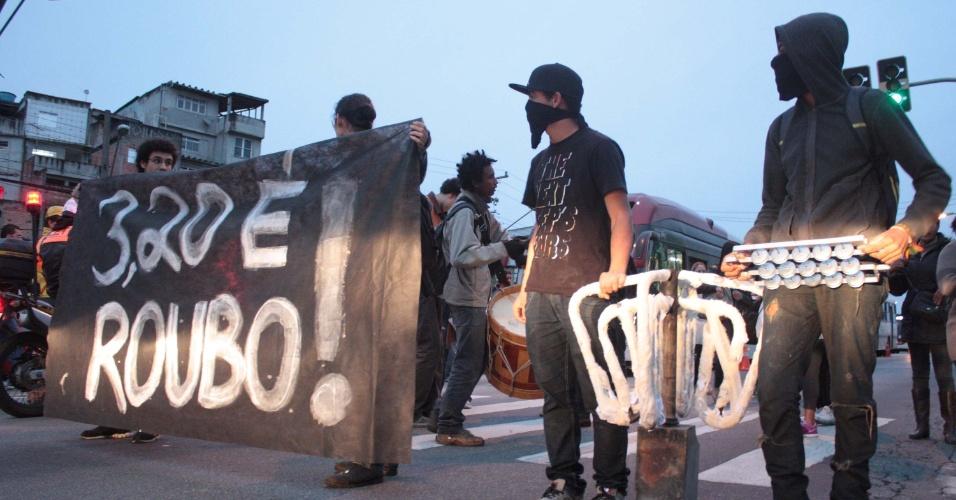3.jun.2013 - Manifestantes protestam contra o aumento da tarifa de ônibus, metrô e trens em São Paulo na manhã desta segunda-feira na estrada do M`Boi Mirim, zona sul de São Paulo. Entrou em vigor na cidade a tarifa de  R$ 3,20. O preço da passagem anterior, de R$ 3, vigorava desde janeiro de 2011