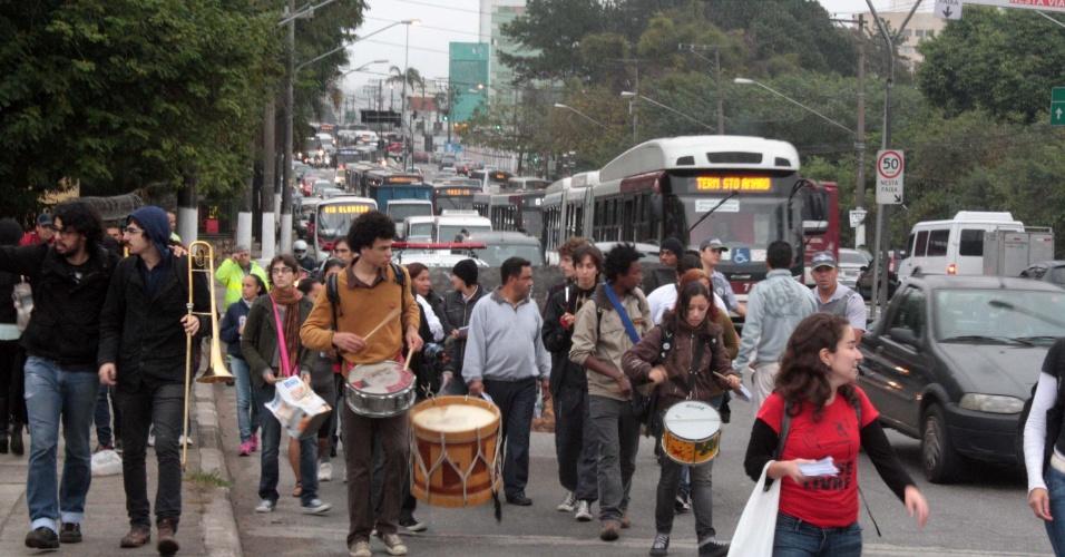 3.jun.2013 - Protesto contra o aumento da tarifa de R$ 3,20 para ônibus, metrô e trens, na manhã desta segunda-feira (3) na Estrada do M?Boi Mirim, zona sul de São Paulo (SP). A prefeitura informou que a proposta de reajuste, de 6,67%, foi enviada em 22 de maio à Câmara de Vereadores. A tarifa anterior, de R$ 3, vigorava desde janeiro de 2011