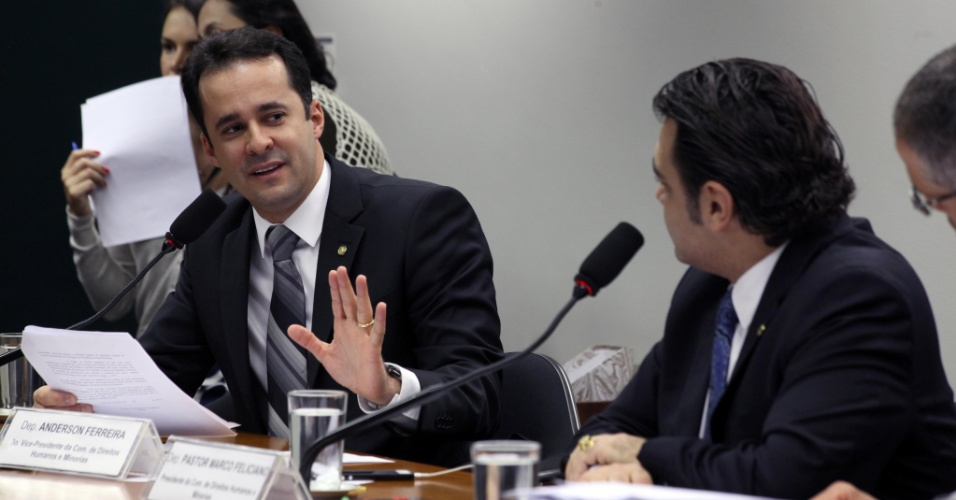 """4.jun.2013 - Deputado pastor Marco Feliciano (PSC-SP) participa de reunião da Comissão de Direitos Humanos da Câmara dos Deputados, em que está sendo discutido nesta terça-feira (4) o projeto de """"cura gay"""""""