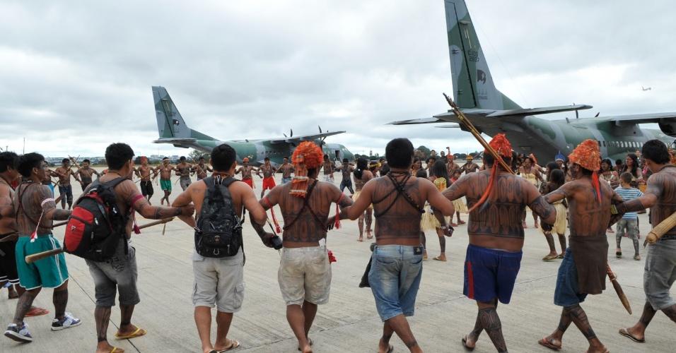 4.jun.2013 - Índios da tribo mundurucu dançam durante chegada à Base Aérea de Brasília para reunião com o ministro-chefe da Secretaria-Geral da Presidência da República, Gilberto Carvalho. O principal pedido dos índios é a suspensão de todos os empreendimentos hidrelétricos na Amazônia, incluindo Belo Monte, até que o processo de consulta prévia aos povos tradicionais seja regulamentado