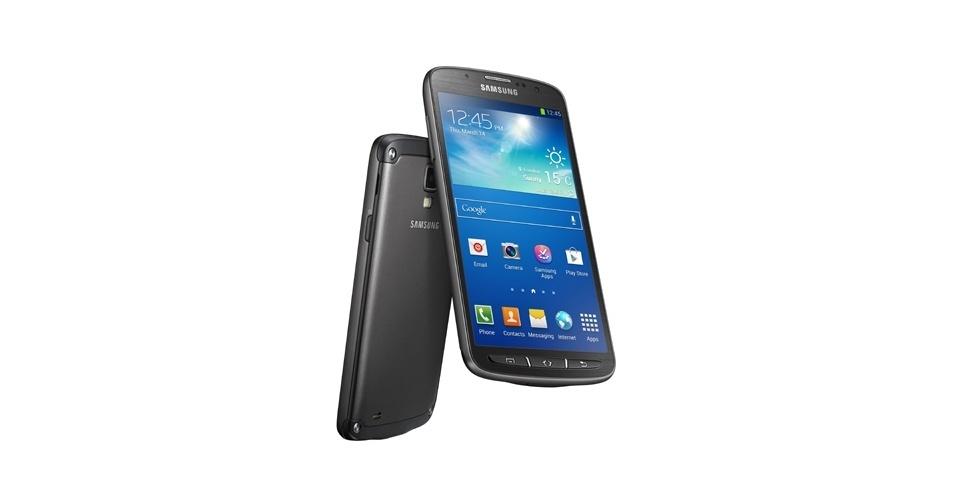 5.jun.2013 - A Samsung lançou o Galaxy S4 Activ, versão do seu smartphone top de linha que é à prova d'água e resistente à poeira. Ele pode ficar submerso por 30 minutos na água a uma profundidade de até 1 metro sem sofrer danos, diz a fabricante. Apesar do nome, o celular traz configuração diferente, com uma câmera menos potente que o S4 original: tem 8 megapixels (em vez de 13 megapixels). O processador é quad-core (Qualcomm Snapdragon 800) com 1,9 GHz. A empresa ainda não anunciou o preço do aparelho, que será lançado ainda neste ano