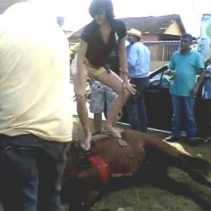 Mulher dança funk sobre cavalo na cidade de Bela Vista de Goiás, a 45 quilômetros de Goiânia