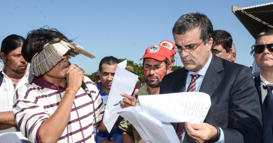 5.jun.2013 - O ministro da Justiça, José Eduardo Cardozo, fala com lideranças indígenas na chegada à Campo Grande, na manhã desta quarta-feira, para acompanhar a desocupação da fazenda Buriti, em Sidrolândia (MS), invadida por índios da tribo terena