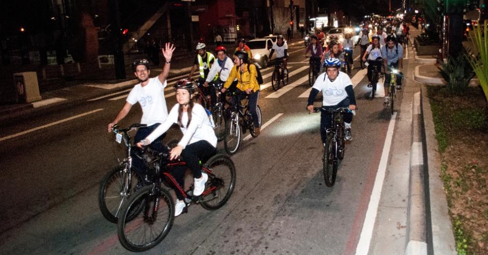 5.jun.2013 - Ciclistas realizam pedalada noturna por pontos turísticos de São Paulo que já utilizam iluminação sustentável, na noite desta quarta-feira (5), Dia Mundial do Meio Ambiente