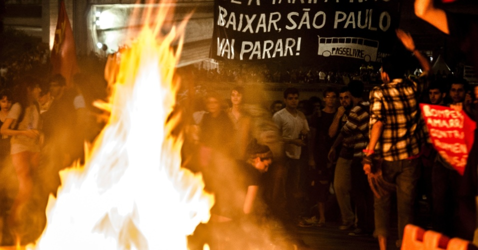 6.jun.2013 - Em protesto contra o aumento da passagem do ônibus de São Paulo de R$ 3 para R$ 3,20,  manifestantes usam fogo para interditar o encontro das avenidas 23 de Maio e 9 de Julho, na região do Anhangabaú, centro da capital paulista