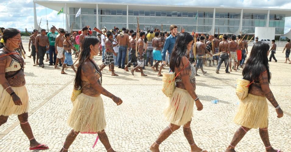 6.jun.2013 - Índias mundurucus, vindas do Pará, marcam presença no protesto realizado no  Palácio do Planalto, em Brasília, contra o projeto do governo de construir a usina hidrelétrica Belo Monte no rio Tapajós. O grupo indígena pede uma audiência com a presidente Dilma Rousseff